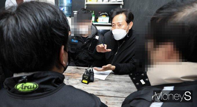 [머니S포토] 배달 라이더 고충 청취 후 입장 전하는 오세훈 전 시장
