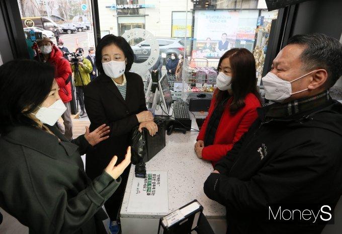 [머니S포토] 소상공인 만난 박영선 전 장관