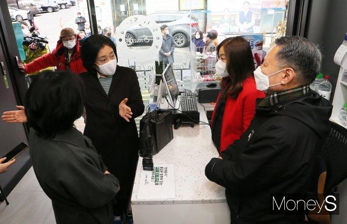 [머니S포토] 서울시장 출마 선언 하루 앞둔 박영선, 스마트 슈퍼 방문