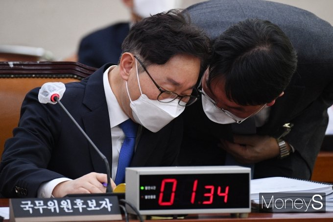 박범계 법무부 장관 후보자(왼쪽)가 25일 국회 법제사법위원회에서 열린 인사청문회에 출석해 관계자와 귀엣말을 나누고 있다. /사진=임한별 기자