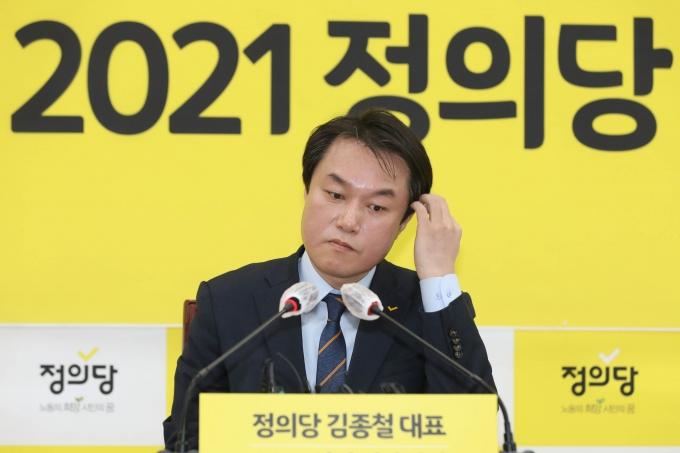 김종철 정의당 대표가 성추행 사건으로 당 대표직에서 물러나면서 그동안 젠더이슈에 목소리를 냈던 정의당의 앞날에 먹구름이 드리워졌다. /사진=뉴스1