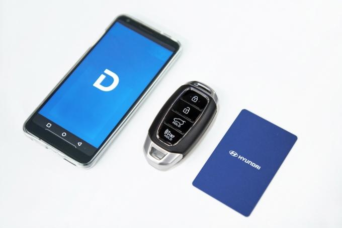 자동차업계에 따르면 스마트키를 지녔음에도 문의 잠금장치가 해제되지 않는다면 원인은 크게 두 가지다. 사진 왼쪽부터 디지털키, 스마트키, 카드키. /사진제공=현대자동차