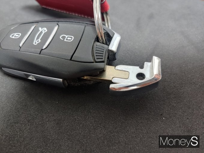 자동차 제조사들은 이런 상황을 대비해 스마트키 자체에 물리적인 '열쇠'를 숨겨놓는 등 장치를 마련해놨다. /사진=박찬규 기자