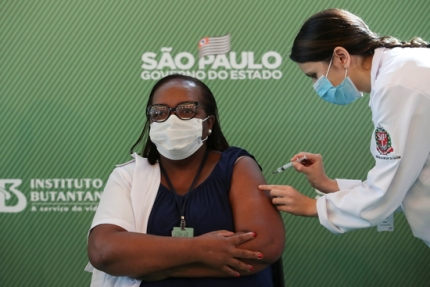 모니카 칼라잔스(54) 간호사가 1월17일 브라질 상파울루 병원에서 시노백의 코로나바이러스 백신(COVID-19)을 받고 있다./사진=로이터