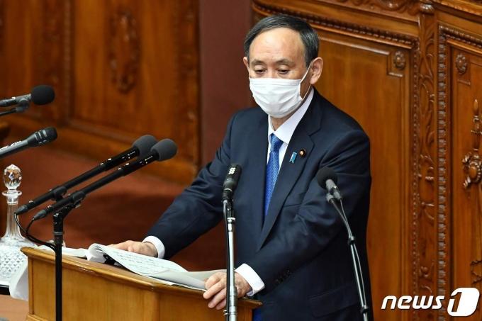 스가 요시히데 일본 총리가 18일(현지시간) 도쿄 정기국회에서 시정방침 연설을 하고 있다. © AFP=뉴스1 © News1 우동명 기자