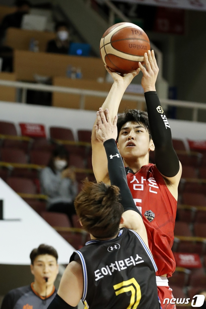[사진] KGC 변준형 '더 빠르게 슛'