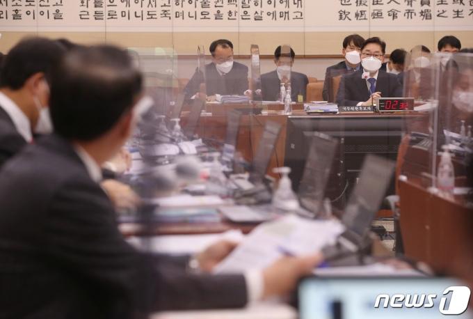 박범계 법무부 장관 후보자가 25일 오후 서울 여의도 국회 법제사법위원회에서 열린 인사청문회에서 의원들의 질의에 답하고 있다. 2021.1.25/뉴스1 © News1 박세연 기자