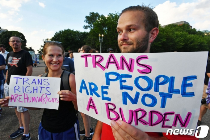 미국 시민들이 트렌스젠더 군복무를허용하라는 시위를 하고 있다. © AFP=뉴스1