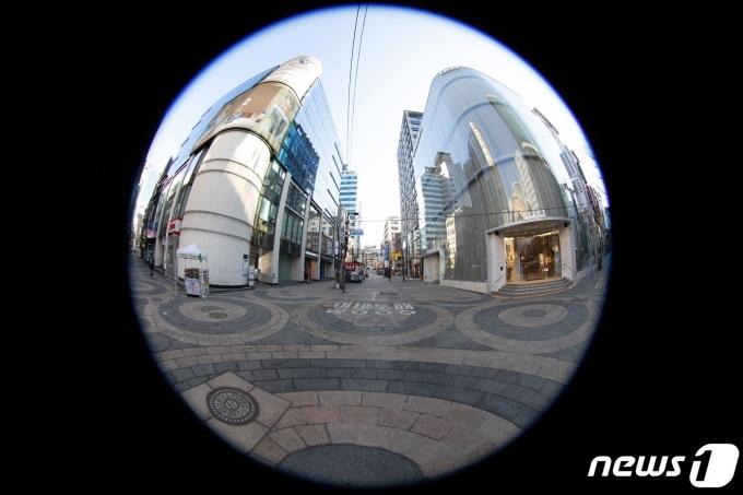 신종 코로나바이러스 감염증(코로나19) 예방을 위한 거리두기 지침 완화 첫 주말인 24일 오전 서울 중구 명동거리가 한산한 모습을 보이고 있다. 2021.1.24/뉴스1 © News1 이재명 기자