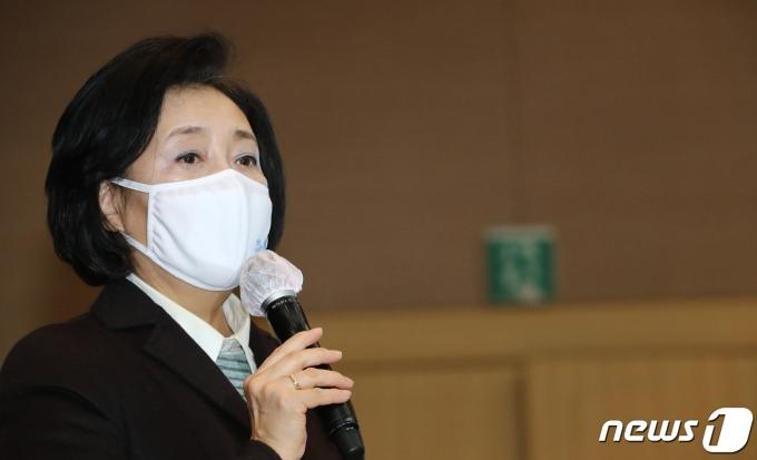 박영선 중소벤처기업부 장관이 20일 오후 정부대전청사에서 직원과의 대화에서 인사말을 하고 있다. 2021.1.20/뉴스1 © News1 김기태 기자