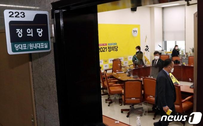 김종철 정의당 대표가 성추행 의혹으로 당 대표직에서 사퇴한 25일 서울 여의도 국회에서 정의당 관계자들이 비공개 당 대표단회의를 마치고 회의실을 나서고있다. 2021.1.25/뉴스1 © News1 성동훈 기자