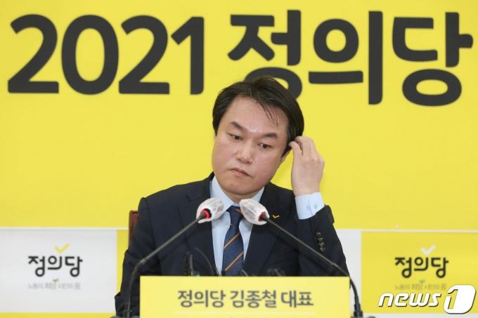 성추행 사건으로 직위 해제된 정의당 김종철 대표가 지난 20일 서울 여의도 국회에서 열린 신년기자회견에서 머리를 만지고 있는 모습. (뉴스1DB) 2021.1.25/뉴스1