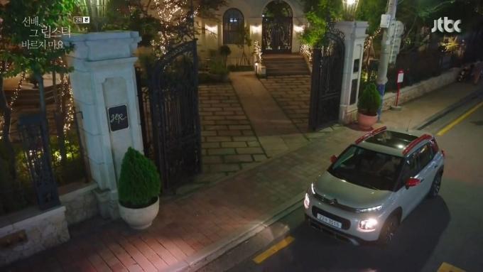 JTBC 월화드라마 '선배, 그 립스틱 바르지 마요'에 등장하는 자동차가 관심을 모은다. /사진제공=한불모터스
