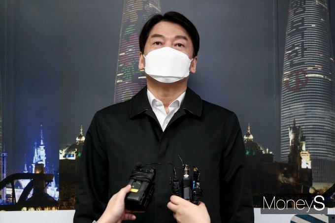 [머니S포토] 서울시장 예비후보 등록 후 취재진 질문에 답하는 안철수