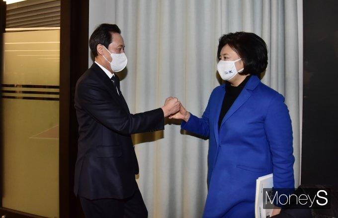 [머니S포토] 인사하는 우상호 의원과 박영선 전 장관