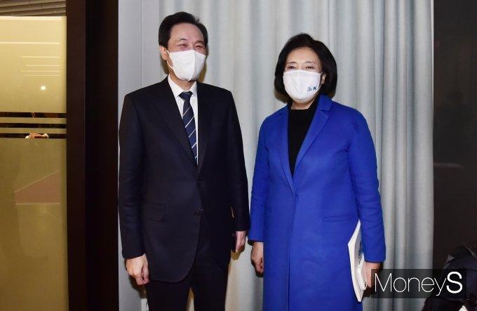 [머니S포토] 대화 나누는 우상호·박영선