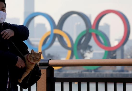 일본이 오는 10월까지 신종 코로나바이러스 감염증(코로나19) 집단면역을 달성하기 어려울 것이란 관측이 나오면서 도쿄올림픽 개최는 무산될 것으로 보인다. 사진은 지난 22일 일본 도쿄의 한 공원을 찾은 시민이 올림픽 링 앞을 지나는 모습. /사진=로이터