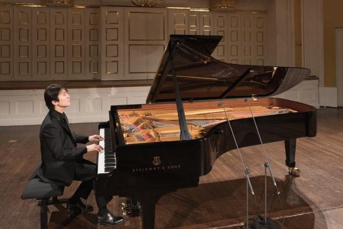 피아니스트 조성진이 연주하는 모습 /사진=LGU+