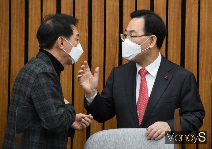 [머니S포토] 국민의힘 원내대책, 대화하는 주호영-김석기