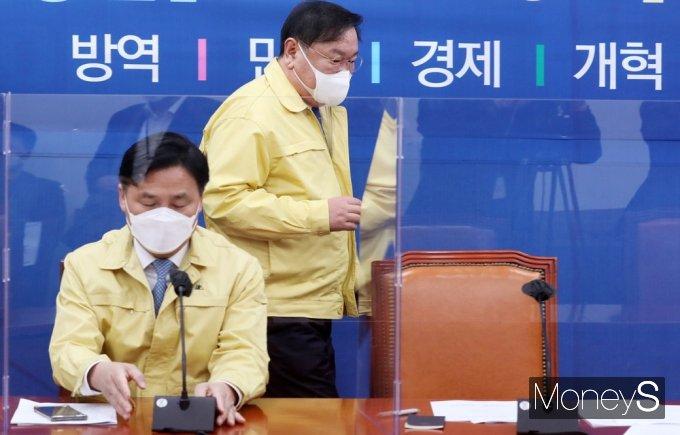 [머니S포토] 원내대책회의 입장하는 '김태년'