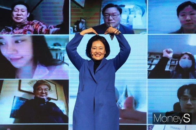 [머니S포토] 서울시민에게 하트 보내는 박영선