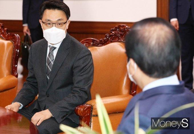 [머니S포토] 환담 갖는 김진욱 초대 공수처장