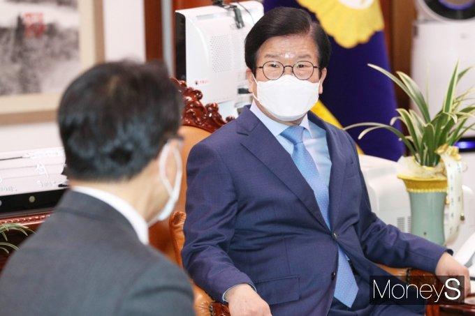[머니S포토] 박병석 국회의장 공수처장과 환담