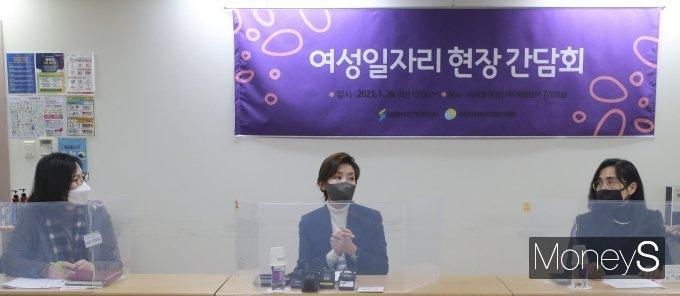 [머니S포토] 나경원 전 의원, 여성일자리 현장 간담회