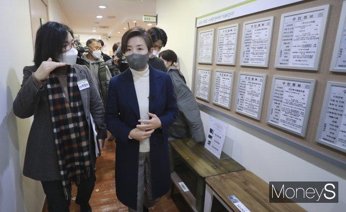 [머니S포토] 여성인력개발센터 둘러보는 나경원 전 의원