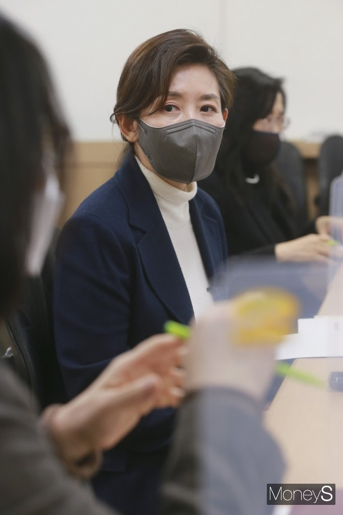 [머니S포토] 참석자들 발언 경청하는 나경원