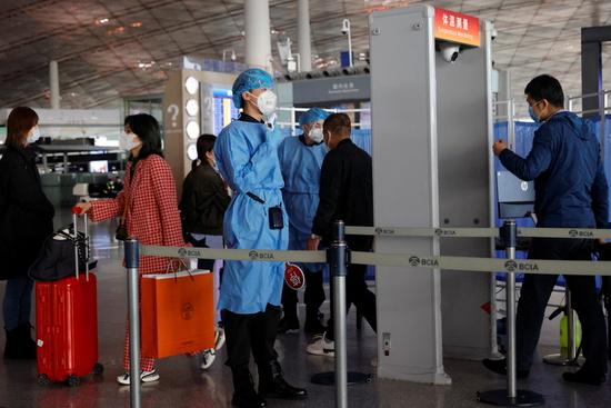 베이징 교민 온라인 커뮤니티에서 최근 베이징 입국 시 신종 코로나바이러스 감염증(코로나19) 항문 검사를 통보받았다는 불만이 제기됐다. 사진은 지난해 11월5일 중국 베이징 캐피탈 공항에서 의료진이 입국자들의 체온을 확인하는 모습. /사진=로이터