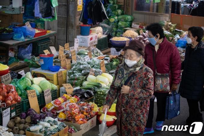 민족대명절 설날을 보름여 앞둔 26일 서울시내 한 전통시장을 찾은 시민들이 장을 보고 있다. 2021.1.26/뉴스1 © News1 유승관 기자