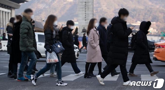 서울 세종대로 광화문사거리에서 마스크를 착용한 시민들이 출근길 발걸음을 재촉하고 있다. 2021.1.20/뉴스1 © News1 이재명 기자