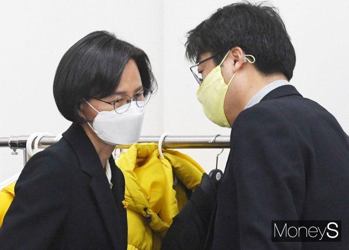 [머니S포토] 위기의 정의당, 대화 나누는 김윤기-강은미