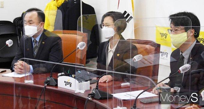 [머니S포토] 존립 위기 정의당, 비상대책 회의 발언하는 강은미