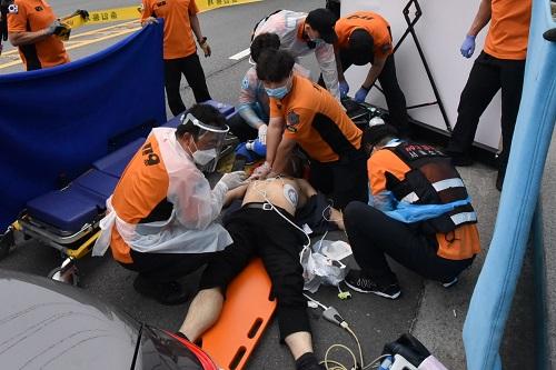 119구급대가 심정지 환자에게 응급처치를 하고 있다. / 사진제공=서울시
