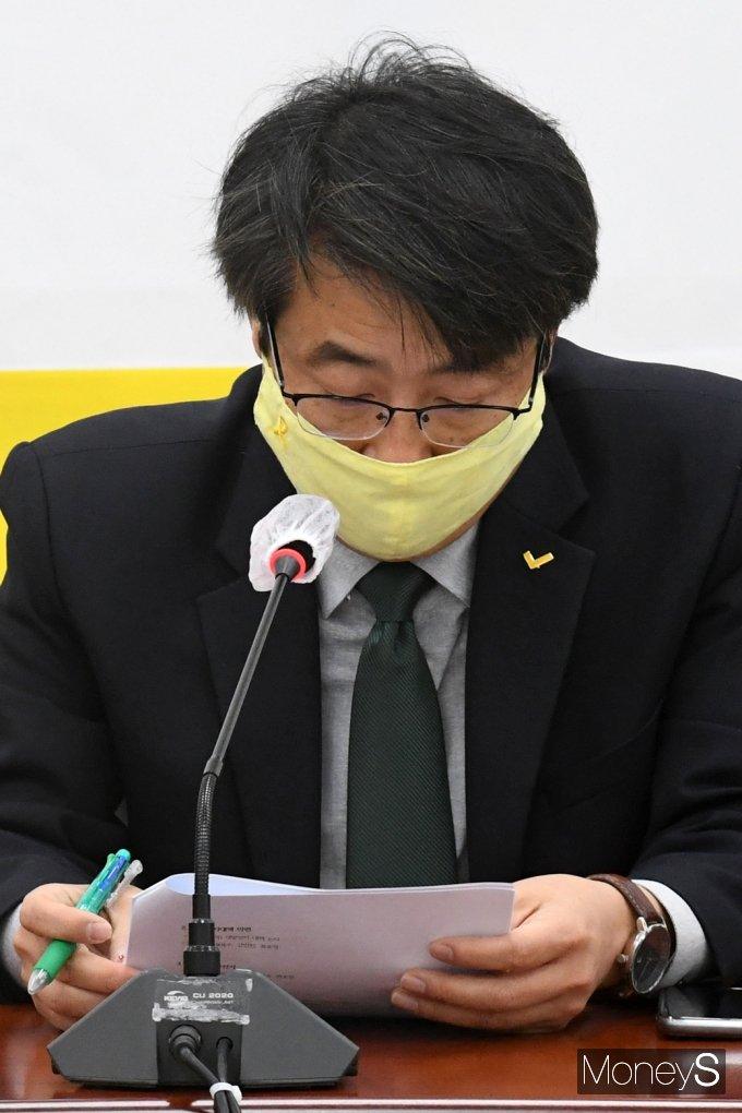 [머니S포토] 정의당 비상대책회의, 자료 살피는 김윤기