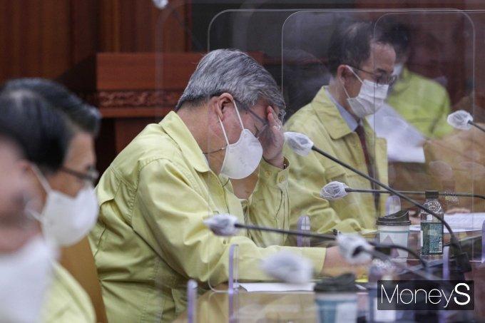 [머니S포토] 고심하는 이재갑 고용노동부 장관