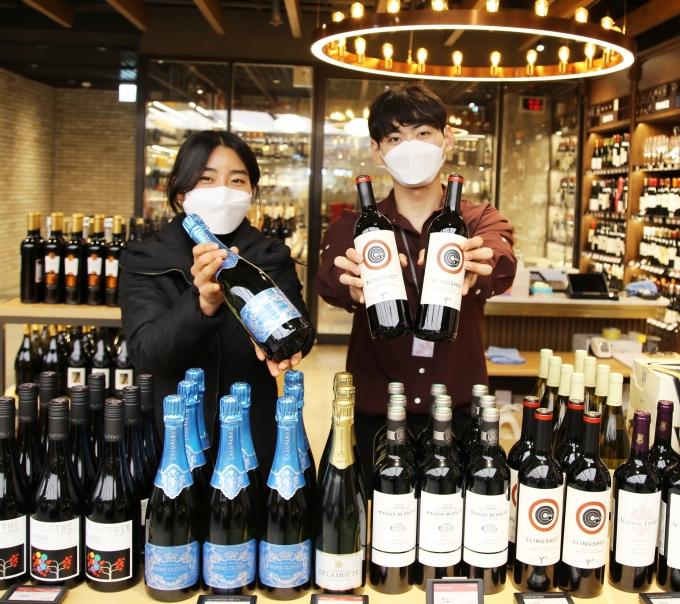 광주신세계는 본관 지하1층 와인 매장에서설 명절 선물을 준비하는 고객들을 위해 다양한 와인세트를 준비했다/사진=광주신세계 제공.