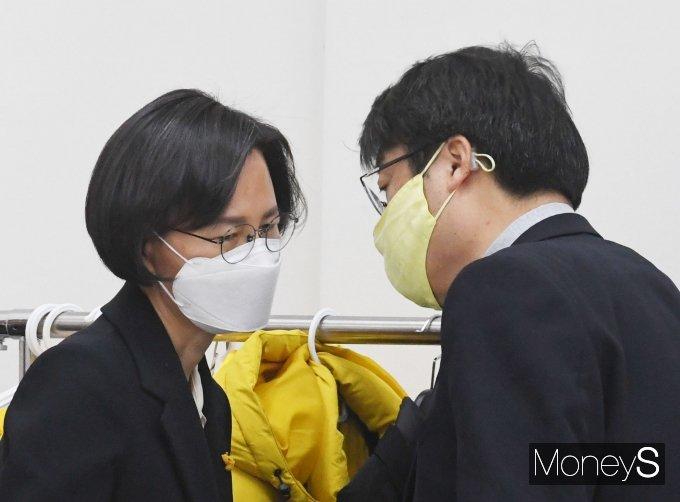 정의당 강은미(왼쪽), 김윤기 공동대표가 27일 국회에서 열린 제1차 비상대책회의에서 대화를 하고 있다. /사진=임한별 기자