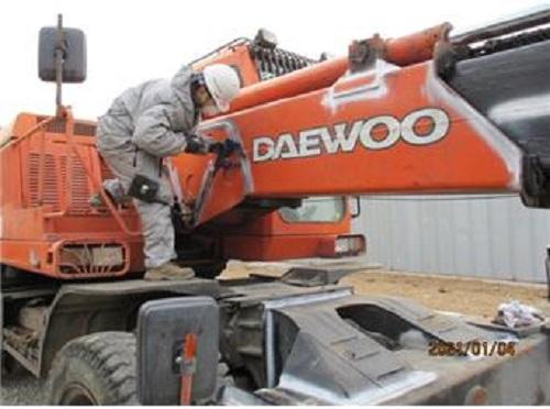 한 관계자가 건설기계에 대한 안전점검을 실시 중이다. / 사진제공=양천구청