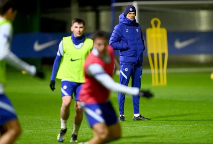토마스 투헬(뒤쪽)신임 첼시 감독이 26일(현지시간) 오후 영국 런던에 위치한 코밤 훈련장에서 선수들의 훈련을 지휘하고 있다. /사진=첼시 공식 홈페이지