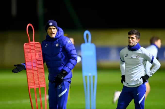 토마스 투헬 신임 첼시 감독(왼쪽)이 26일(현지시간) 오후 영국 런던에 위치한 코밤 훈련장에서 크리스티안 풀리식 등 선수들이 지켜보는 가운데 팀훈련을 지휘하고 있다. /사진=첼시 공식 홈페이지