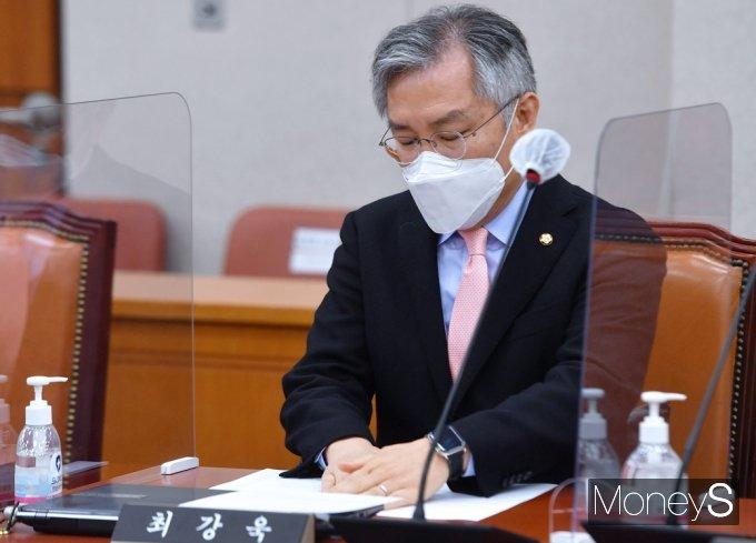 [머니S포토] 1심 선고 앞둔 최강욱, 국회 법사위 참석