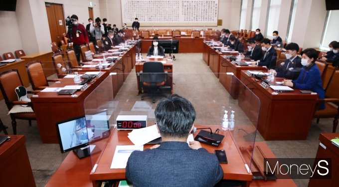 [머니S포토] 국회 법사위, 2분만에 인사청문경과보고 '채택'