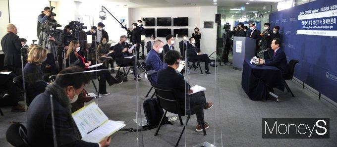 [머니S포토] 정세균 총리, 외신기자들과 정책 대화