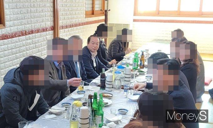 코로나 위기속 대낮 술판 벌인 의령농협…'5인이상 집합금지' 위반, 주민들 '맹비난'