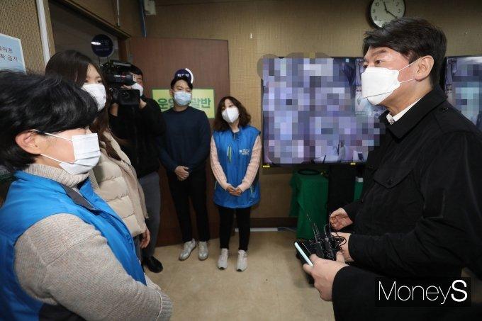 [머니S포토] 안철수 대표 '파견 의료진 격려'