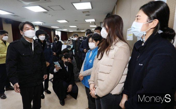 [머니S포토] 의료진들 격려하는 안철수 대표