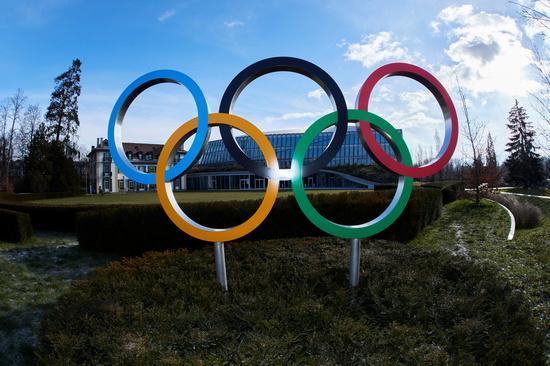신종 코로나바이러스 감염증(코로나19) 확산에도 일본과 중국이 올림픽 강행 의사를 밝혔다. 사진은 스위스 로잔에 위치한 국제올림픽위원회(IOC) 본부 앞 올림픽 링의 지난 26일 모습. /사진=로이터
